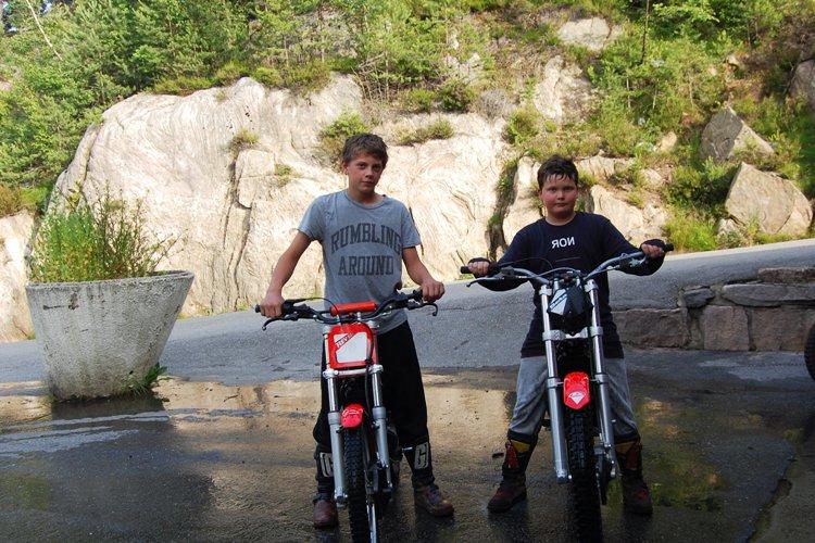 To kjørere må levere sykkelen
