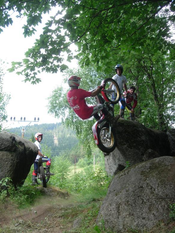 Daniele Maurino hopper opp en mannshøy kant