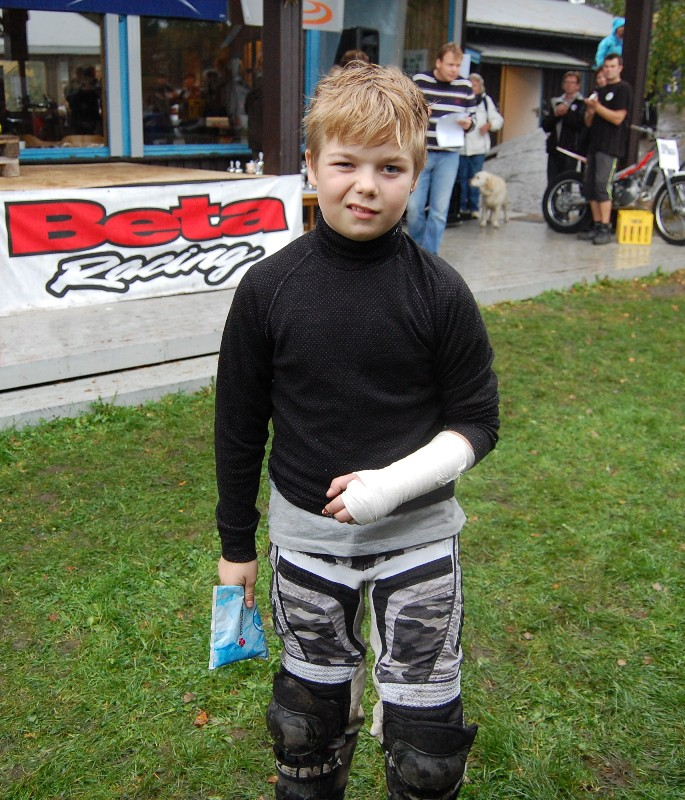 Bildet viser Martin Svendsen (11)med bandasjert arm og ispose