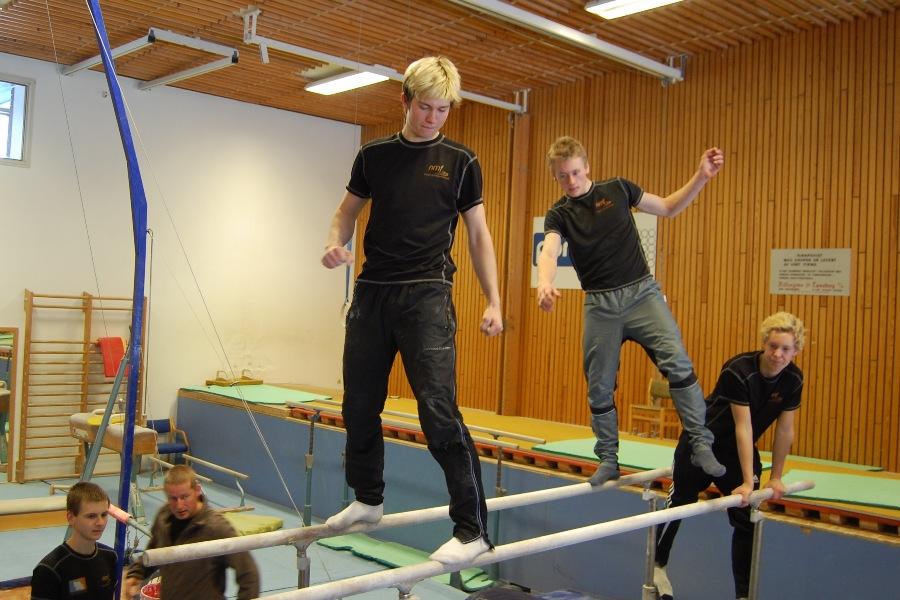 Sverre og Ib Vegard står oppe på herreskranken