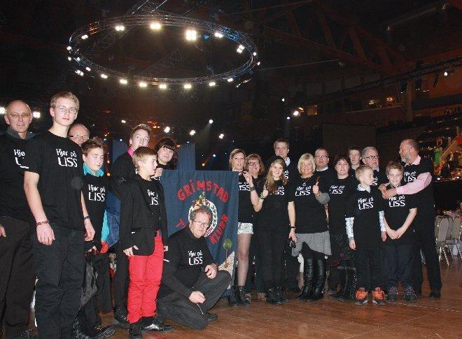Bildet viser gruppen på 23 medlemmer av Grimstad Trialklubb, festkledde under Idrettsgallaen 2012