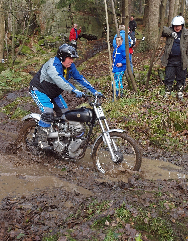 Bildet viser en pre-65 trialsykkel - sykkelen veier 120 kg, føreren noe mindre.