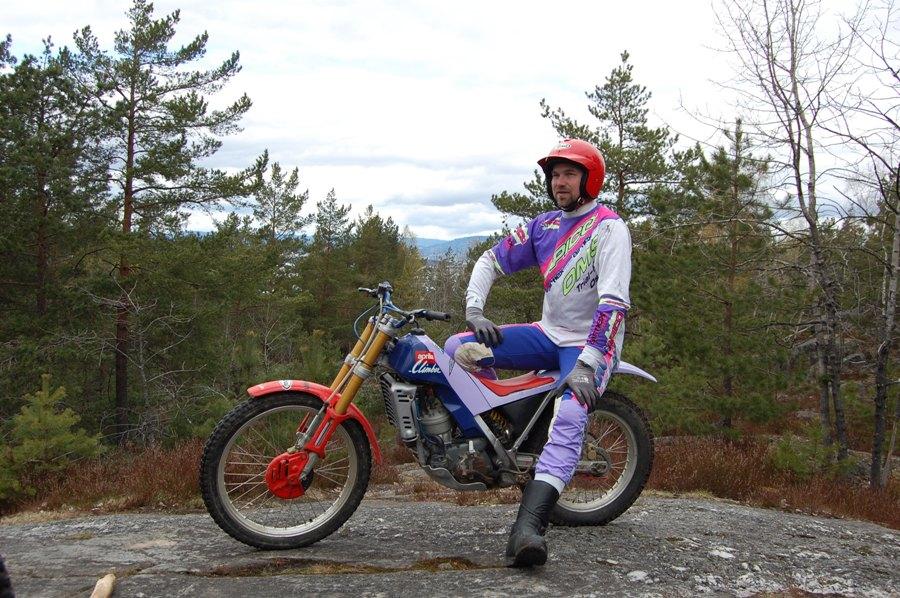 På toppen står på en 92-aprilia, både sykkel og klær i gjennomført rosa og lilla.