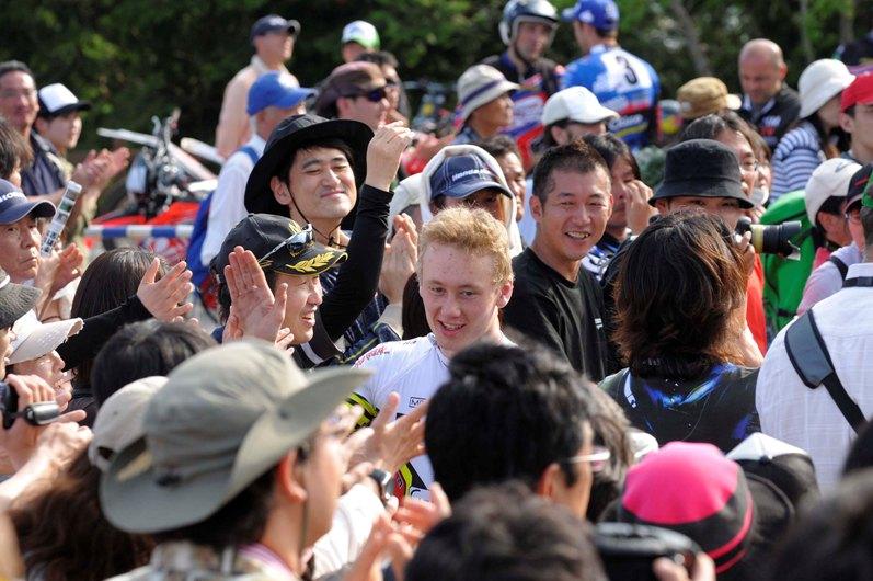 Bildet viser Sverre Lundevold i en tett folkemengde av tilskuere