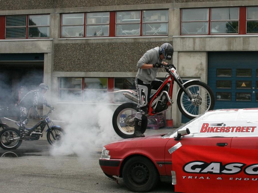 Bildet viser en trialsykkel som burner på taket av en bil