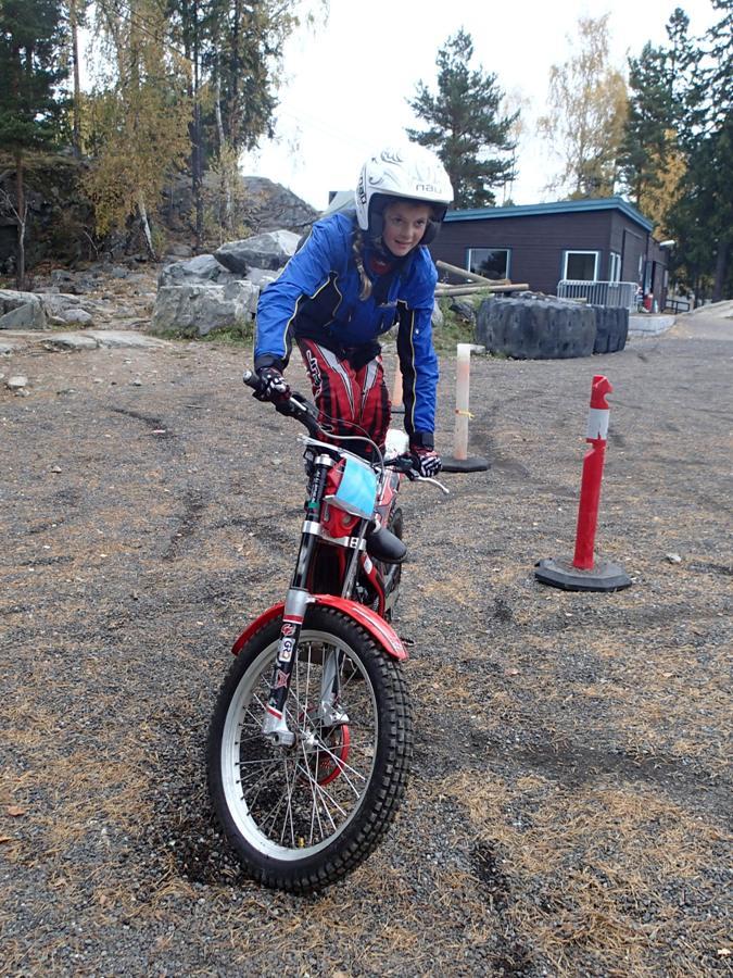 Maren står oppe på sykkelen