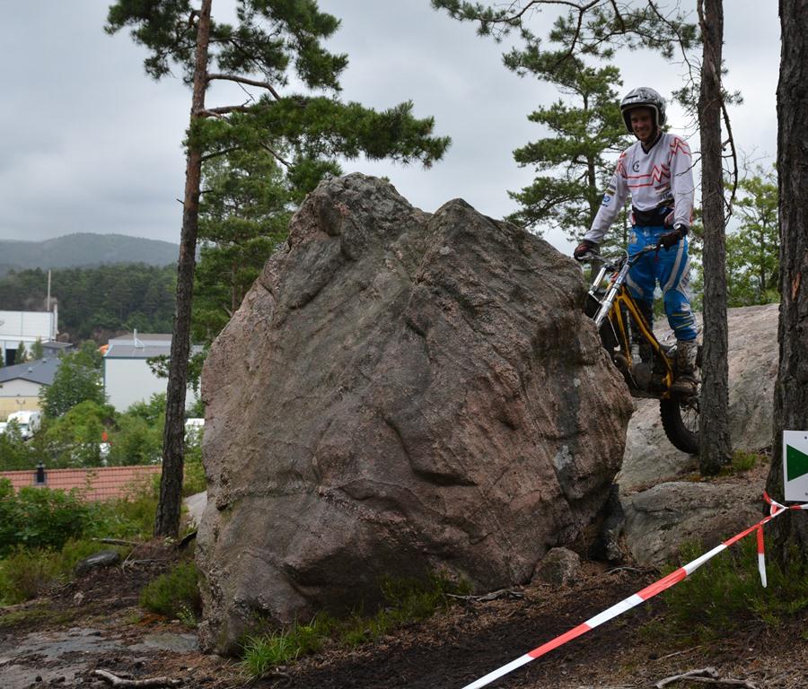 Søgnekanten er et begrep. Denne steinen har ganske nylig fått navn: Ole-steinen, etter at Ole Kristian kjørte over. Det er han hittil alene om.