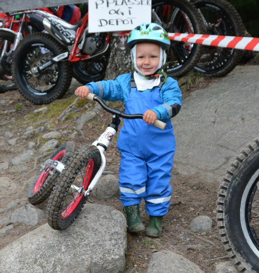 Jonas Ertmann Poulsen er 2 år og  har overtatt sykkelen til storebror. Her var det ikke snakk om å ta letteste vei: han skulle over steinene på veien før han satte seg på og trillet nedover.