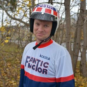 Tidsriktig antrekk hever opplevelsen. Odd Martin Sørheim var i toppskiktet med ekte vintage trøye og matchende hjelm!