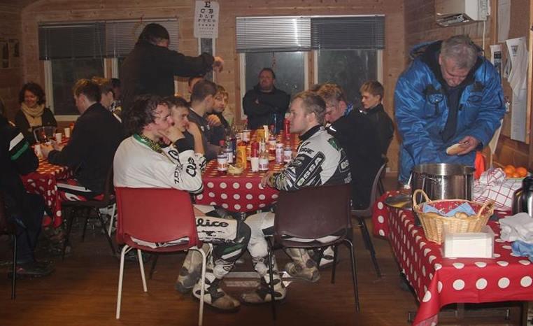 Maten gikk ned på høykant i klubbhuset. Det er ellers fotballdommere som oftest blir beskyldt for å ha mistet gangsynet, men for sikkerhets skyld har visst klubben skaffet seg en testplakat?