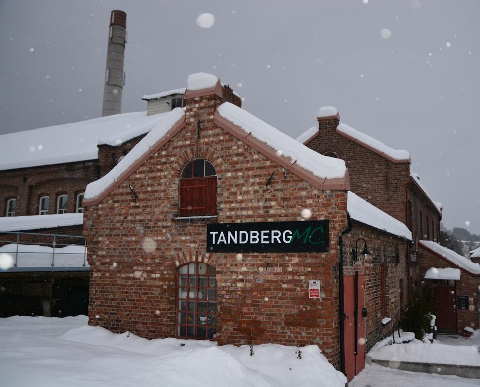 Tandberg holder til på Geithus i Modum, i gamle industrilokaler som kan virke skreddersydd til formålet - men i virkeligheten er tidligere brannstasjon og kantine!