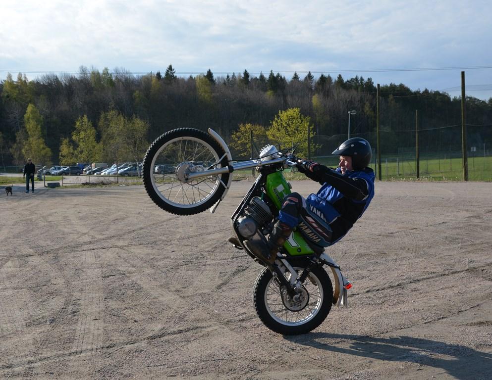 Helge Ruden på bakhjulet, på en Kawa veteran-trialsykkel