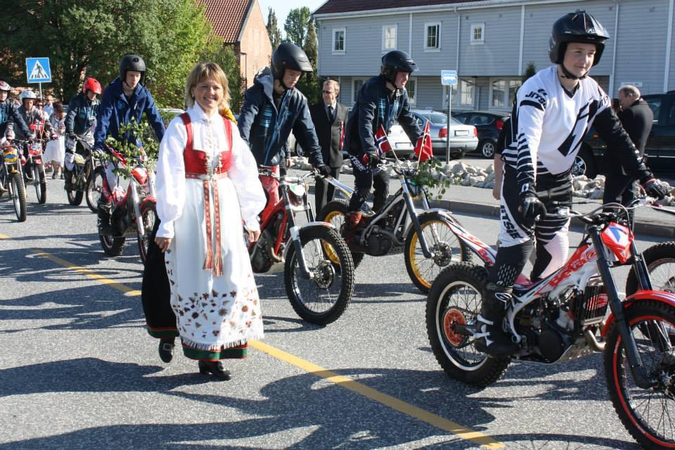 Førere fra Grimstad og bunadskledde til fots