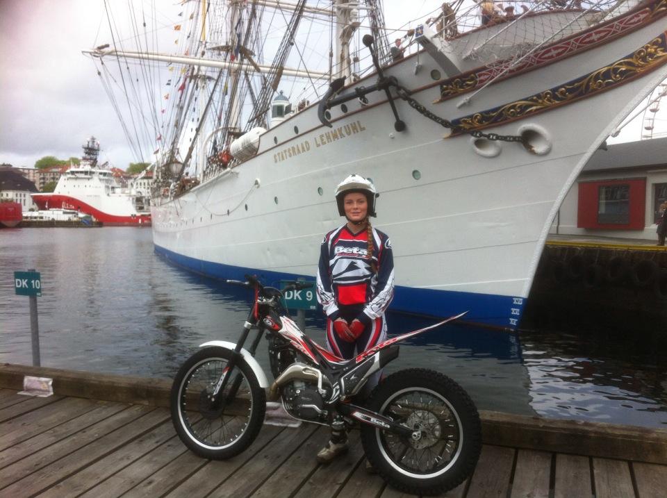 Julie sandanger får representere Bergen, der både Vestkant Trial og NMK kjørte i hovedprosesjonen. Under tvil, da det visst ble litt vilt sist. Også biketrial var med denne gangen og fikk showet litt rundt toget- de så  alltid noe å kjøre på..