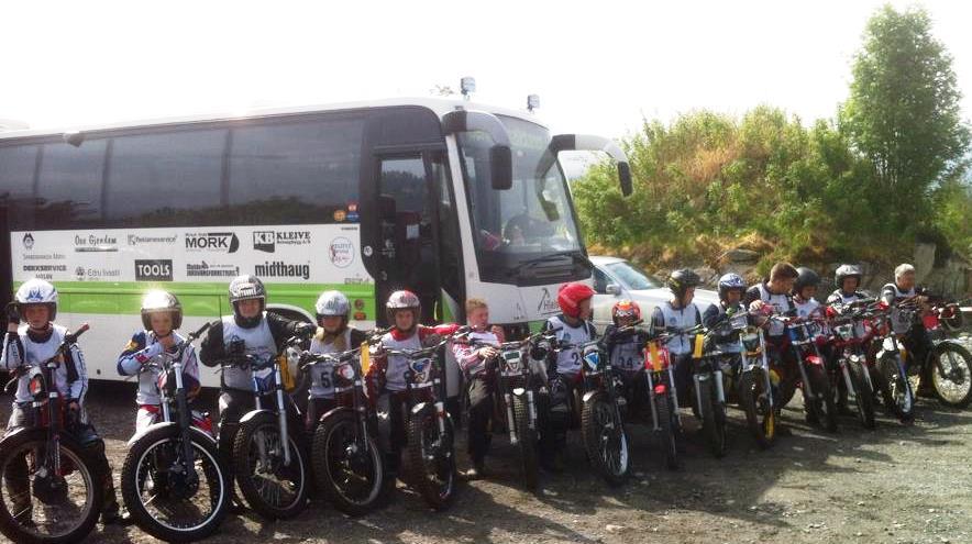 Bildet viser Kleives 14 deltakere foran fellesbussen
