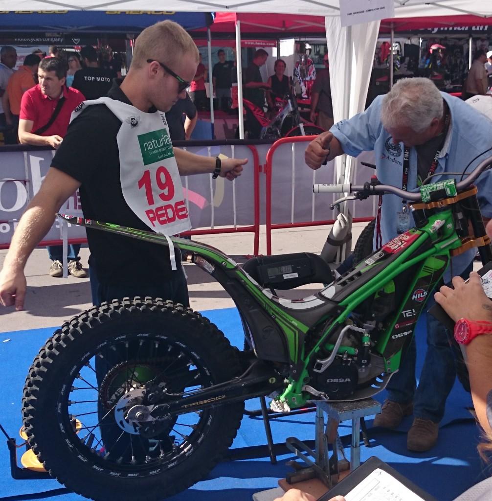 Bildet viser Håkon Pedersen som får kontrollert sykkelen