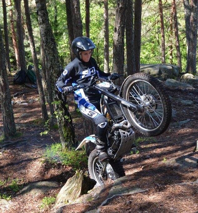 Victoria Figved får skikkelig løft på framhjulet opp en kant