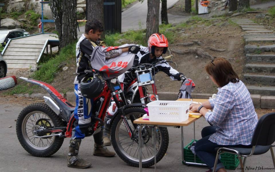 Utesekretariat i godværet. Fornøyde kjørere leverer vesten - etter sitt livs andre trialløp Foto: Nna Håkonsen