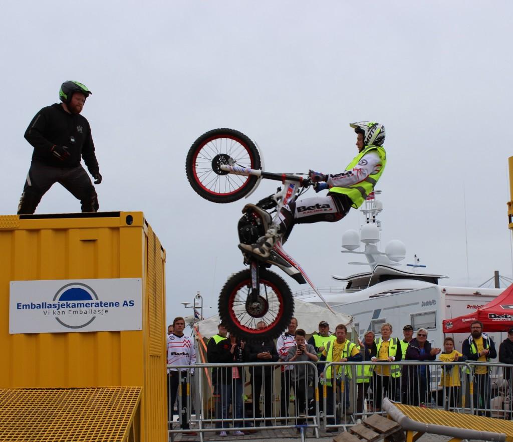 Bildet viserIb Vegard andersen som hopper opp på en container